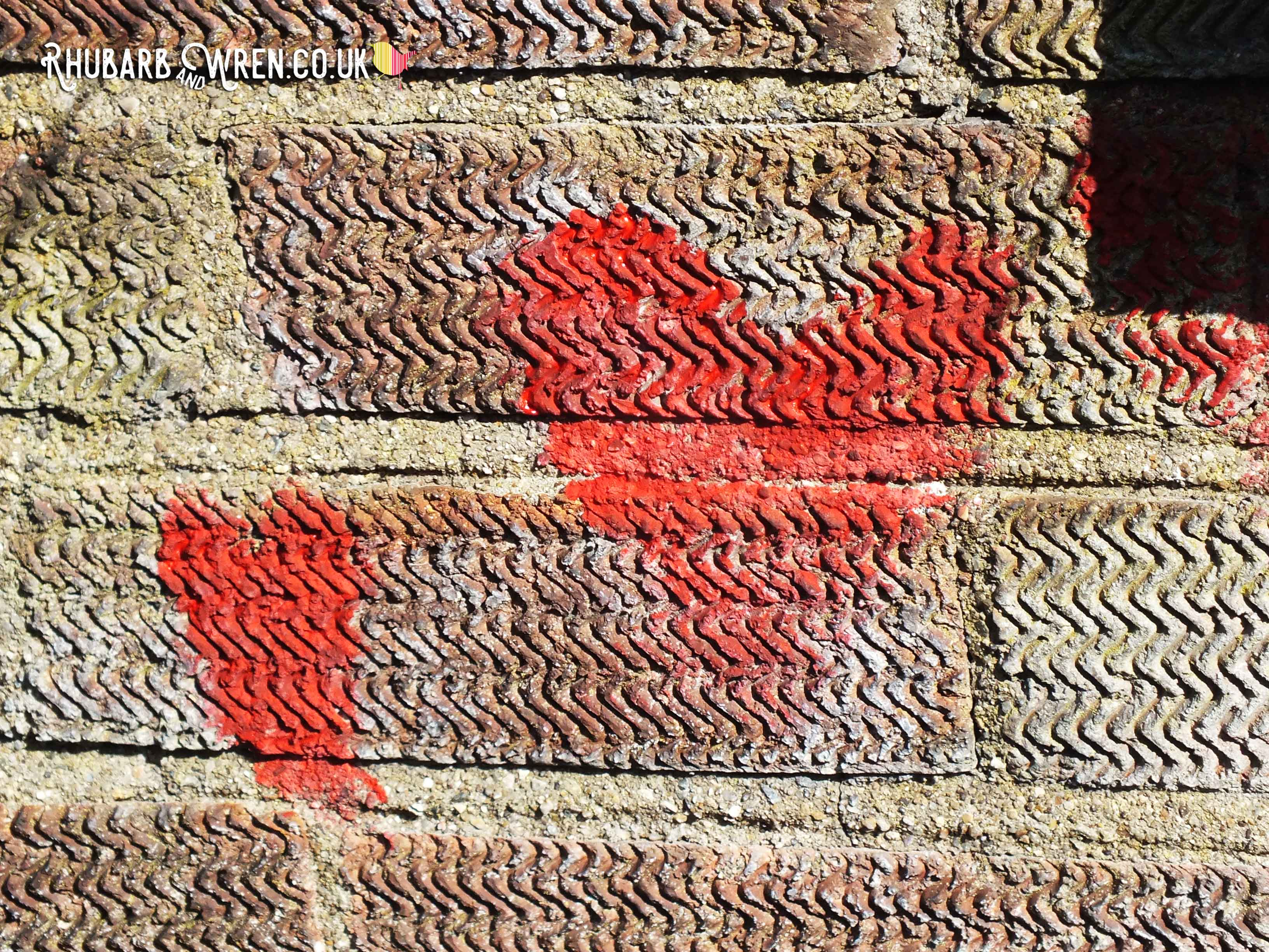 alice_in_wonderland_hearts_brick_wall