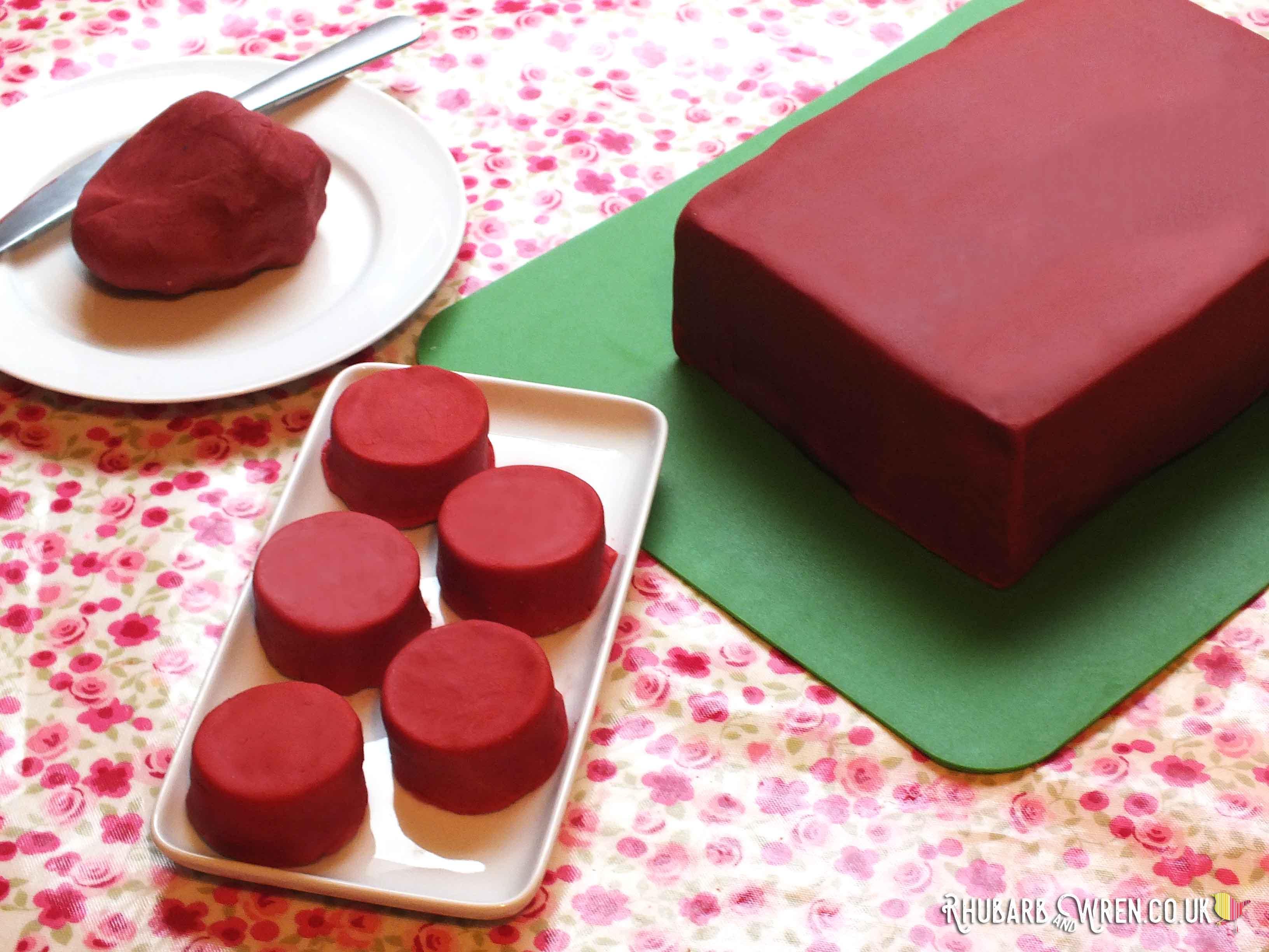 Mini round cakes and large rectangular cake