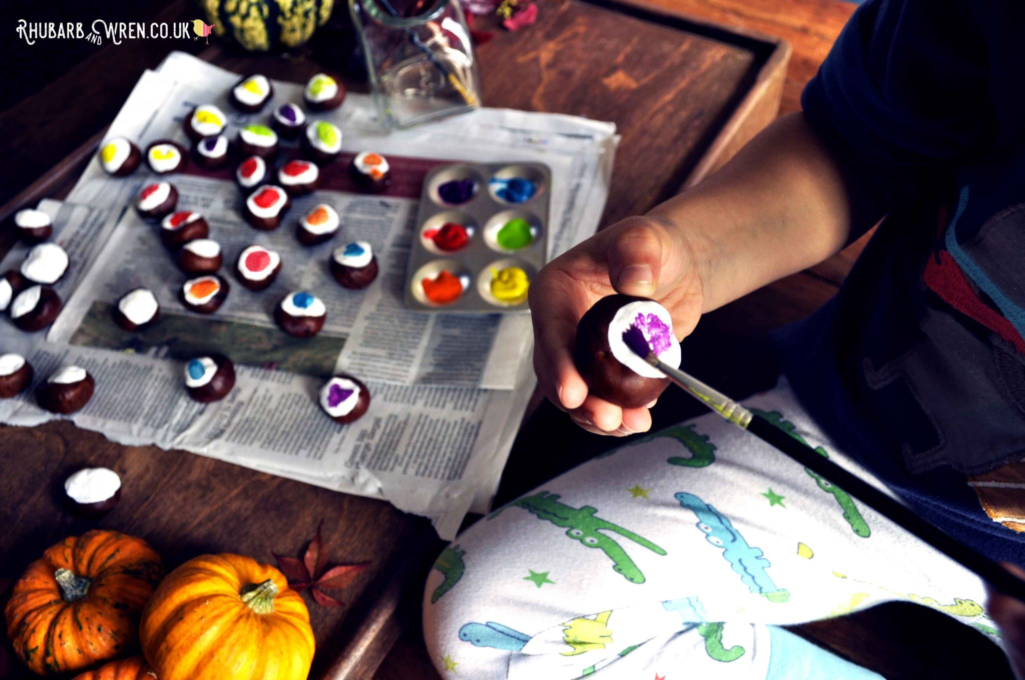 Kids autumn craft, DIY conker eyeballs that are perfect for Halloween!