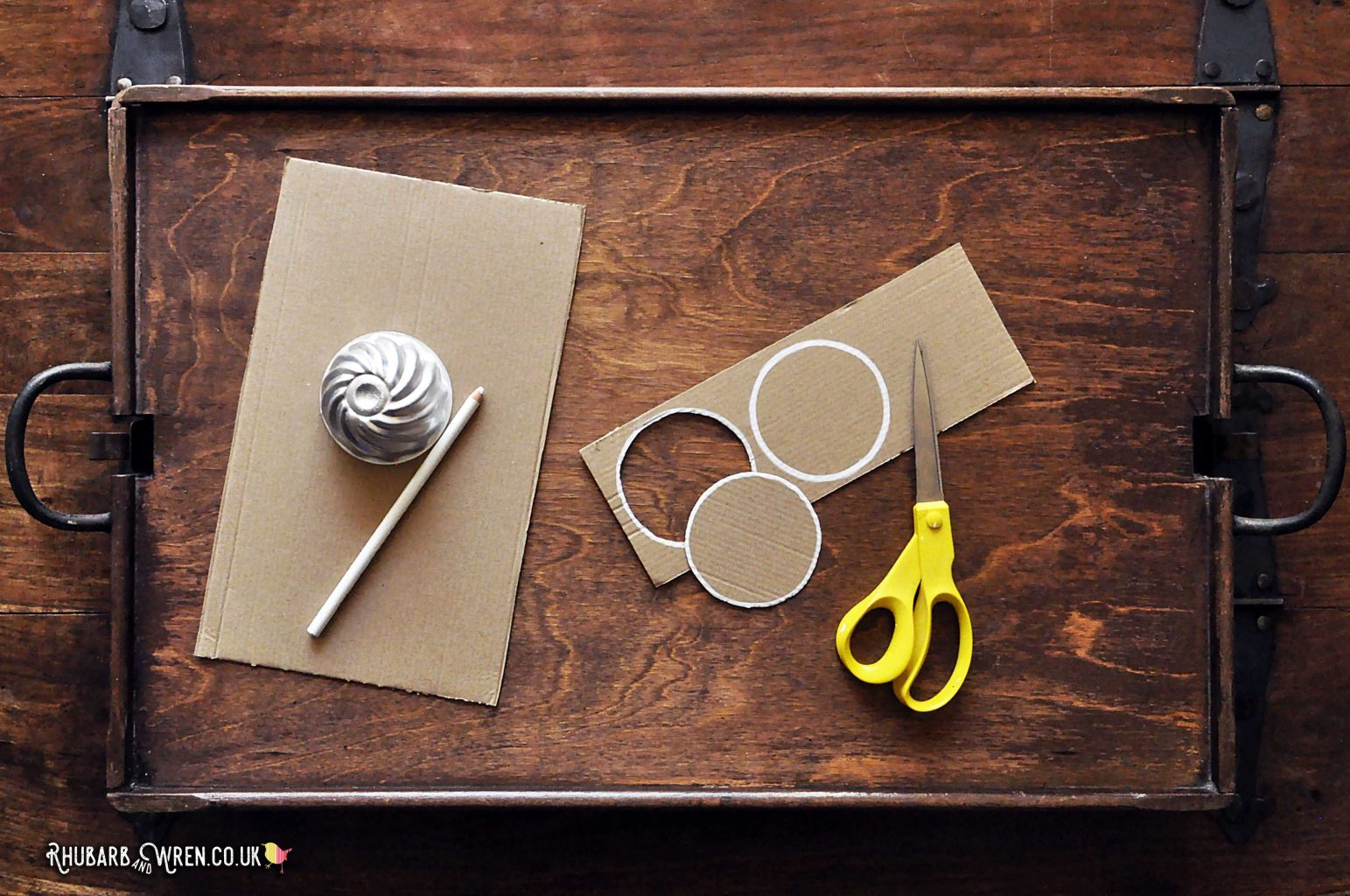 cardboard circles to use as templates for pompoms